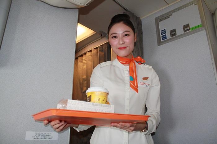 機内食の提供をする笑顔が素敵なCA