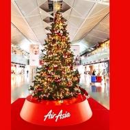 中部国際空港セントレアの3階出発ロビーに展示されたエアアジア・ジャパンのクリスマスツリー