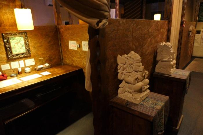 バリ島で買い付けた調度品で店内は東南アジアの雰囲気