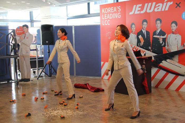 韓国の人気アーティスト「TWICE」の曲に合わせて踊る現役客室乗務員