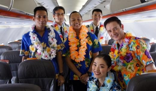 ジェットスター・アジア航空の那覇発シンガポール行き3K792便の初便の客室乗務員とコックピットクルー
