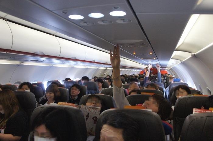 多くの乗客で賑わう初便の機内