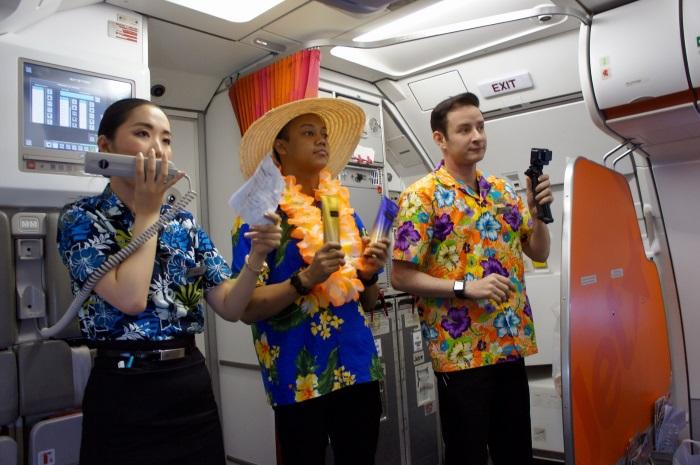 初便限定でアロハシャツを着てクイズゲームを行うジェットスター・アジア航空の客室乗務員