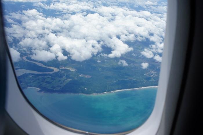 フライト途中には青い海を望むエリアも