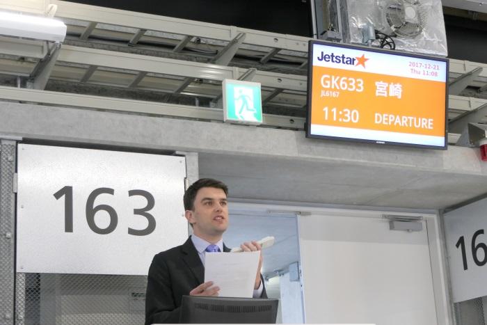 搭乗開始の特別アナウンスを入れるジェットスター・ジャパン取締役チーフエグゼクティブアドバイザーのニック・ローラック