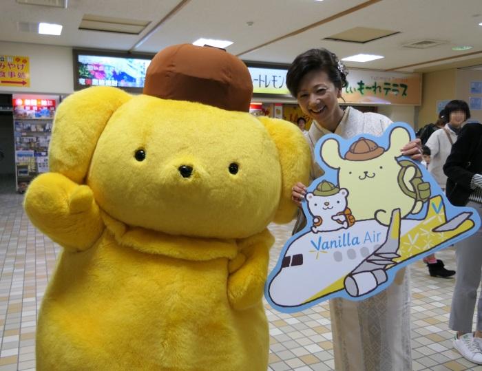 奄美空港にやって来たポムポムプリンとバニラエア取締役副社長の山室美緒子氏